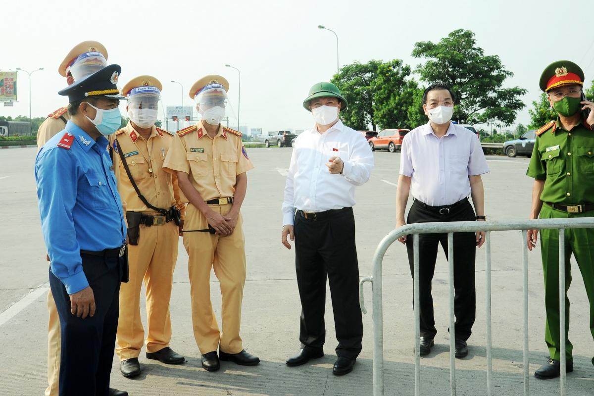 Ông Đinh Tiến Dũng đi kiểm tra chốt kiểm soát tại cửa ngõ Thủ đô.