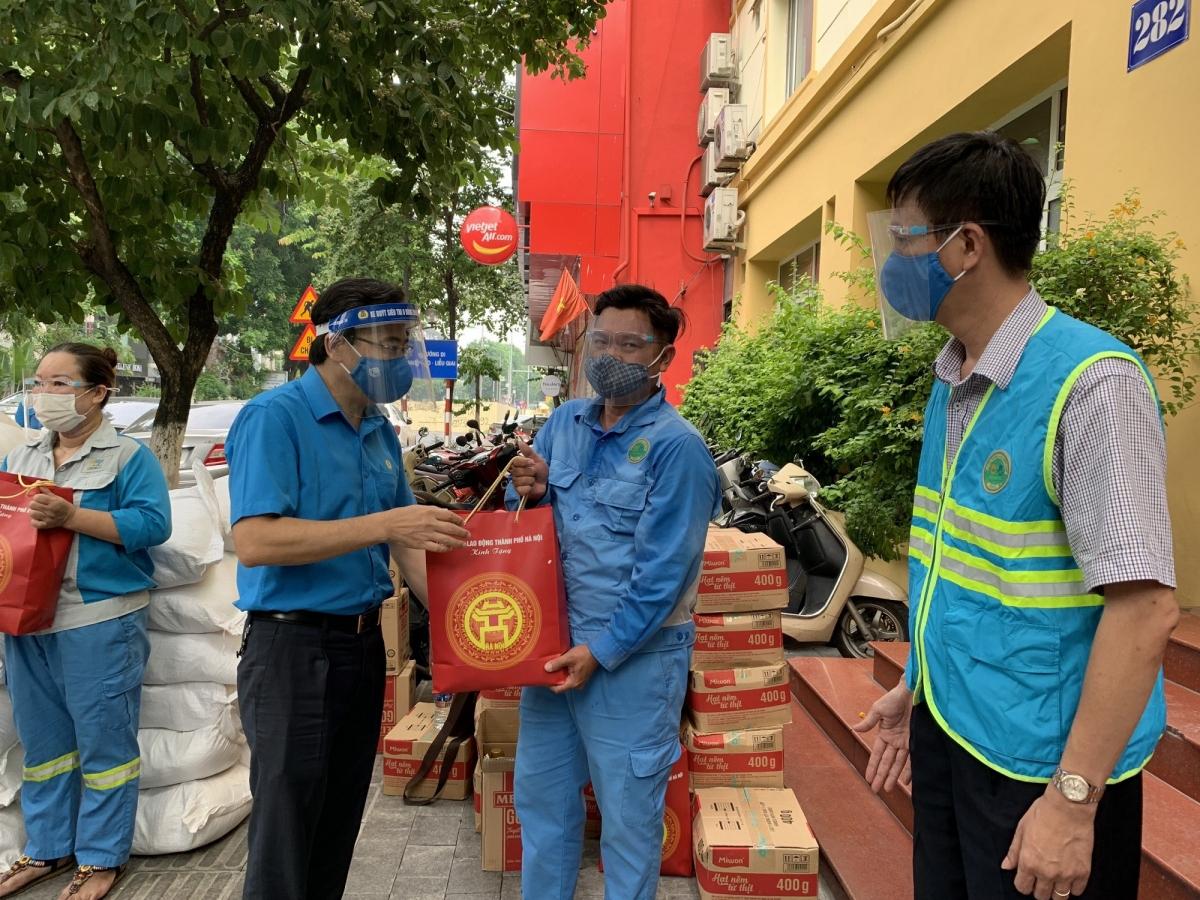 Tại Công ty TNHH MTV môi trường đô thị Hà Nội (URENCO), ôngNguyễn Chính Hữu – Phó Chủ tịch Liên đoàn Lao động TP. Hà Nội đã thăm hỏi sức khỏe, công việc và đời sống của anh, chị em công nhân.