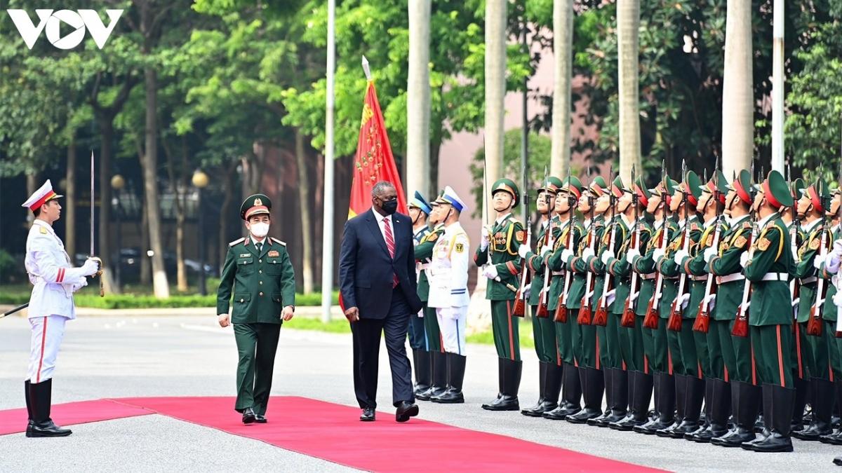 Hai Bộ trưởng duyệt đội danh dự Quân đội Nhân dân Việt Nam.