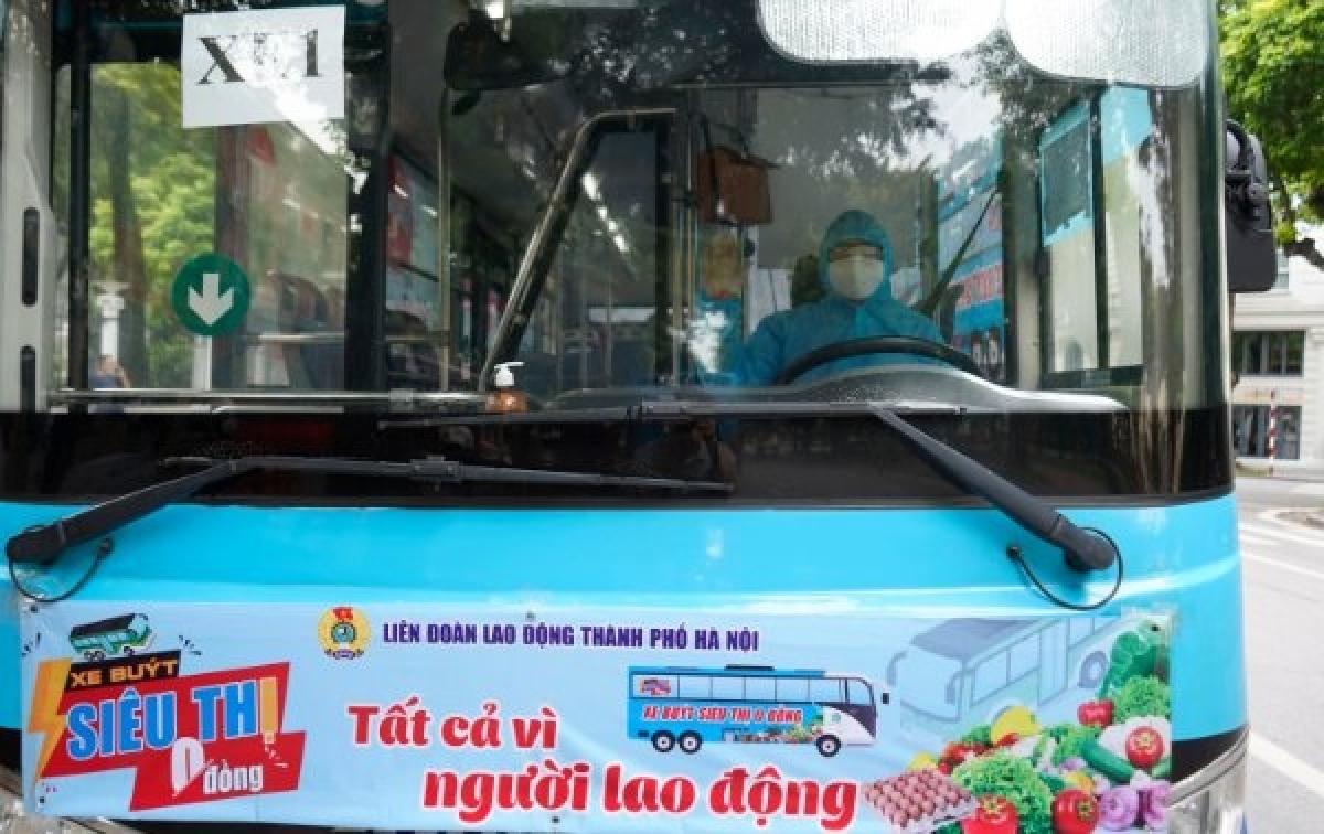 """Được biết, Liên đoàn Lao động Thành phố Hà Nội sẽ trích trên 4 tỷ đồng từ nguồn Kinh phí Công đoàn để tổ chức """"Xe buýt siêu thị 0 đồng"""" thí điểm trong 10 ngày (kể từ ngày 26/7) để trao những suất quà với trị giá 200.000 đồng/ suất tới 20.000 công nhân khó khăn trên địa bàn Thủ đô, trong đó ưu tiên nữ đoàn viên, người lao động đang mang thai hoặc nuôi con nhỏ dưới 6 tuổi./."""
