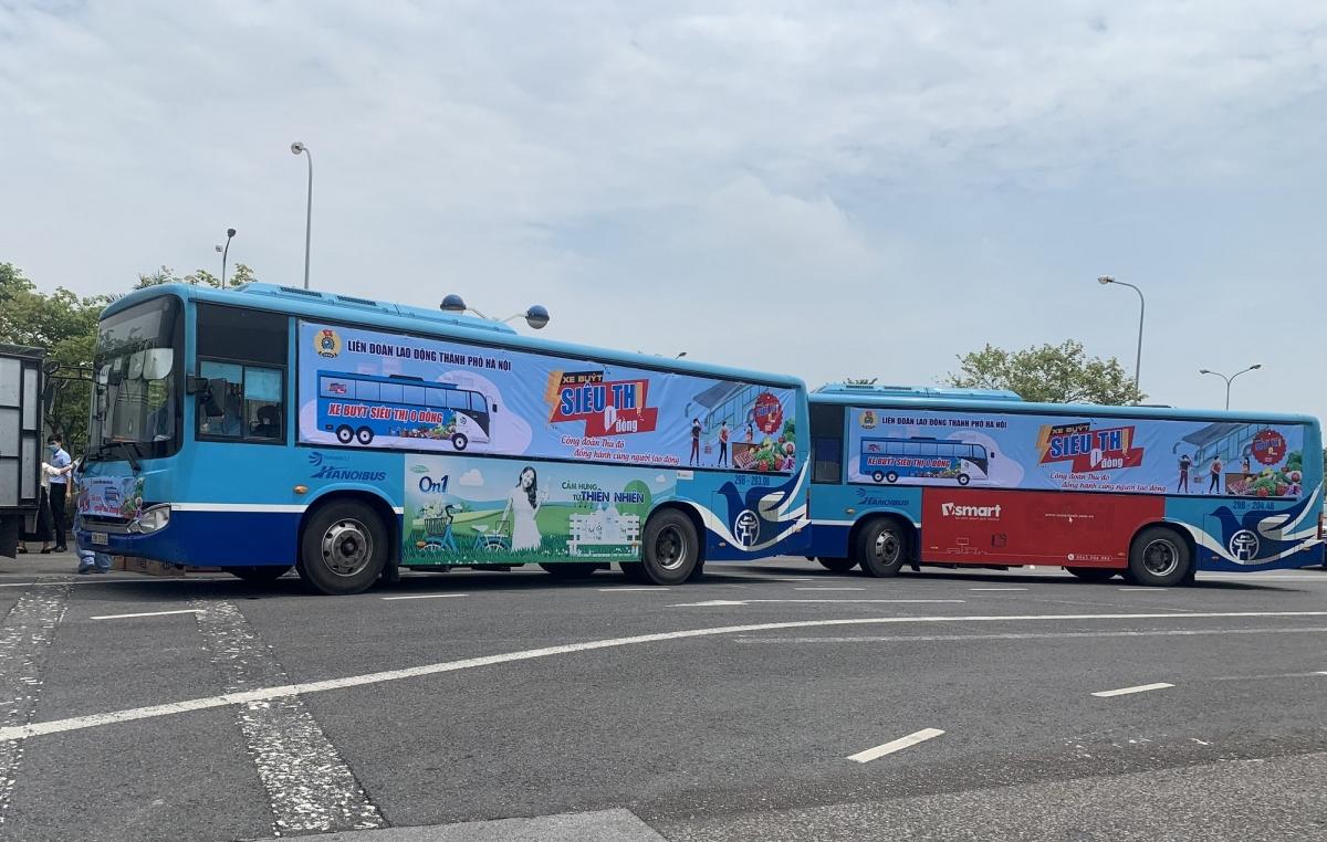 """""""Xe buýt siêu thị 0 đồng"""" do Liên đoàn Lao động thành phố Hà Nội tổ chức nhằm hướng đến các địa điểm công nhân lao động đang thực hiện cách ly tập trung, để kịp thời hỗ trợ nhu yếu phẩm theo nhu cầu của người lao động và hỗ trợ cho những lao động có hoàn cảnh khó khăn do ảnh hưởng của dịch Covid-19."""