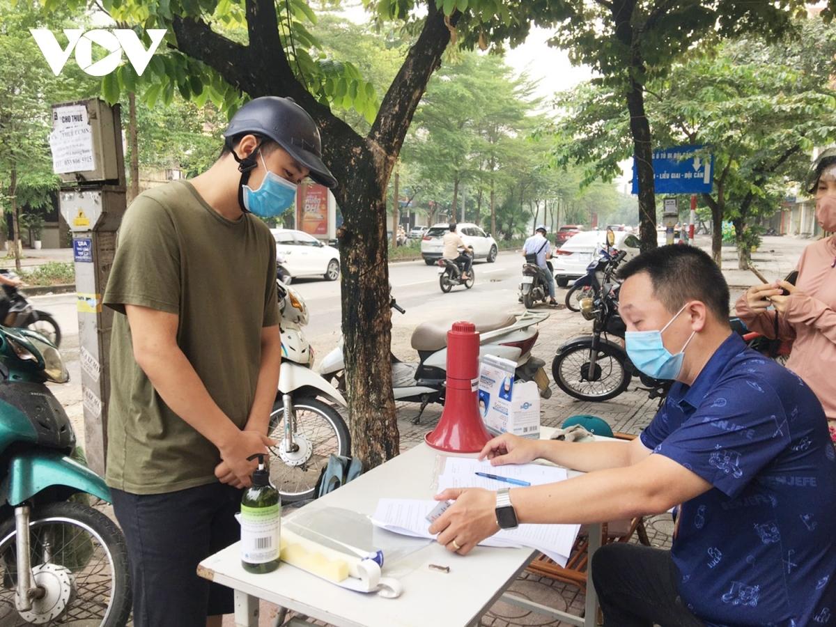 Tổ công tác phòng chống dịch Covid-19 Phường Ngọc Khánh (Ba Đình, Hà Nội) xử phạt các trường hợp vi phạm.