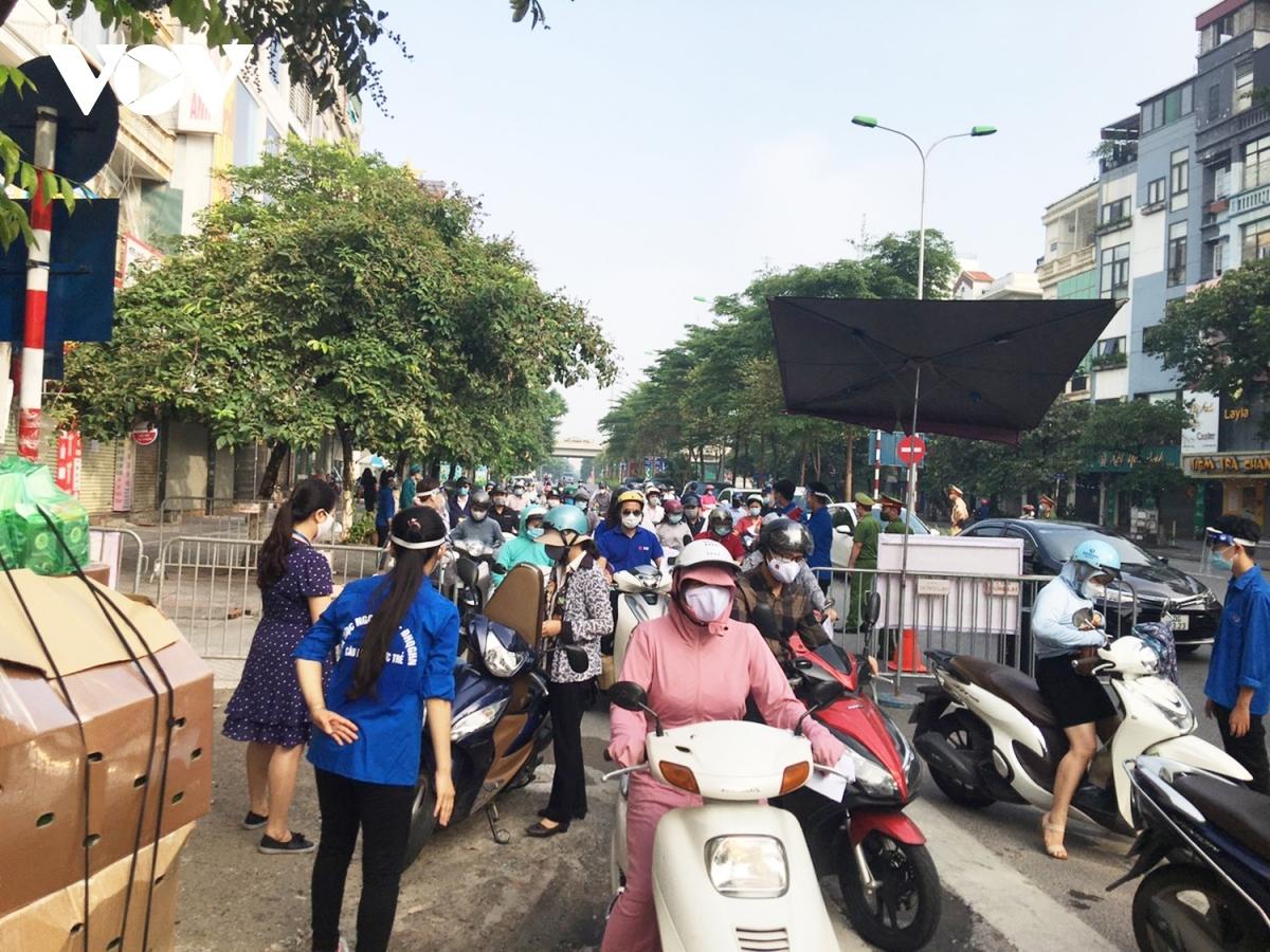 Các chốt kiểm soát dừng tất cả các phương tiện gây ra tình trạng ùn tắc, không đảm bảo giãn cách.