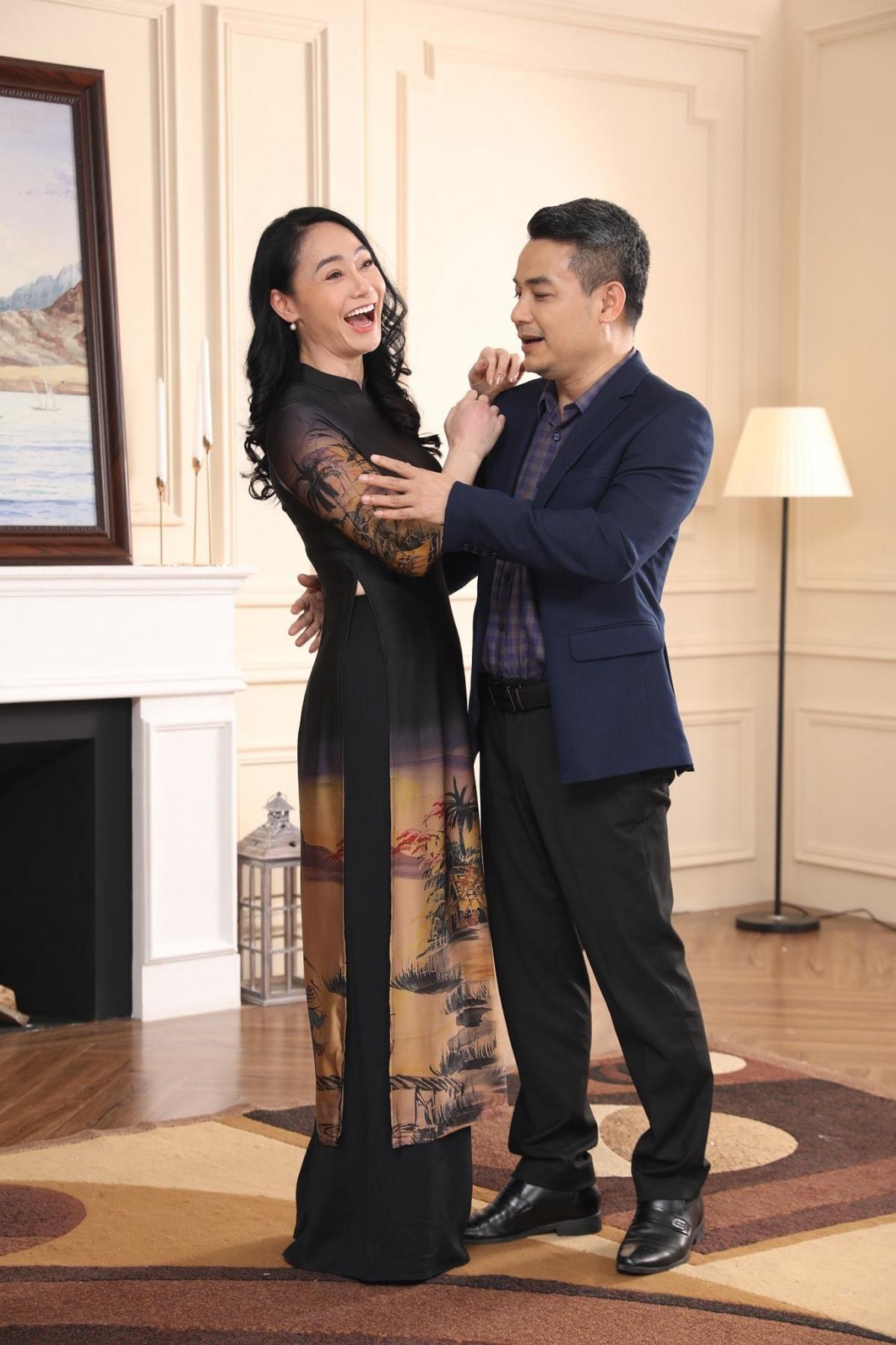 Quách Thu Phương và nghệ sĩ Mai Nguyên vui vẻ ở hậu trường một cảnh phim.