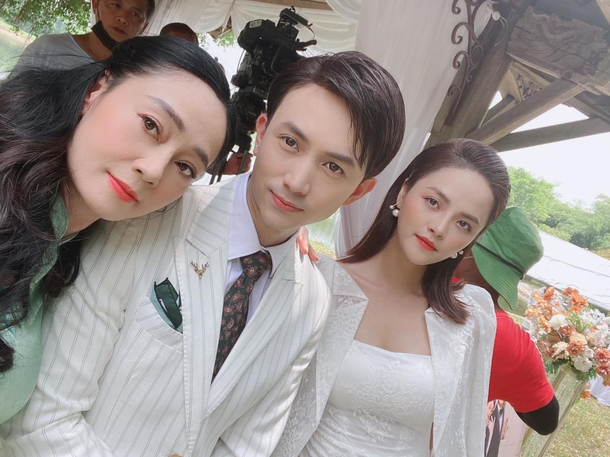 Hình ảnh này được cho là cả nhà lên đồ đi đám cưới Nam - Long.