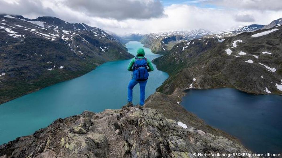 Có diện tích lên đến 3.500 km2, vườn quốc gia Jotunheimen là khu bảo tồn thiên nhiên ở miền nam Na Uy. Đây là địa điểm lý tưởng đối với du khách muốn khám phá phong cảnh núi non hùng vĩ. Vườn quốc gia Jotunheimen cũng có rất nhiều hồ nước đẹp, nổi bật là hồ Gjende với làn nước xanh ngọc từ những tảng băng tan.