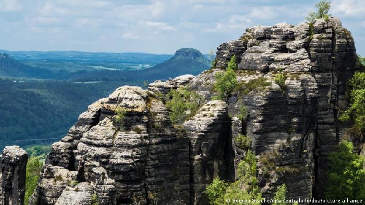 Dãy núi sa thạch Elbe nằm trên vùng biên giới giữa Đức và Séc. Đây là địa điểm có sức hút với khách du lịch leo núi. Đứng trên đỉnh núi Decunsky Sneznik thuộc loại cao nhất khu vực nằm trên lãnh thổ Séc, du khách sẽ có được cảm nhận tuyệt vời.