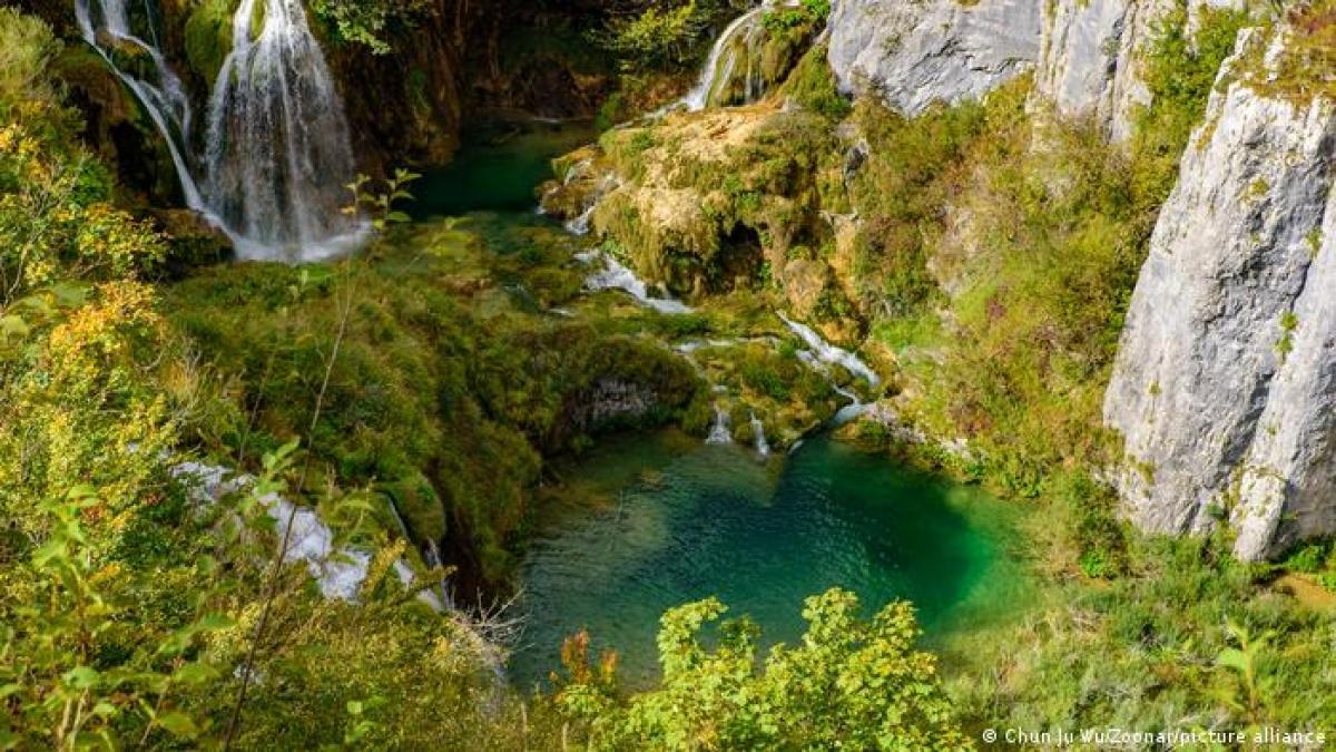 Khu vực hồ Plitvice là vườn quốc gia lớn nhất và lâu đời nhất ở Croatia. Nằm ở vùng núi cao nguyên, địa điểm này nổi tiếng với các thác và hồ nước gắn kết nhau cùng nhiều hang động đẹp.