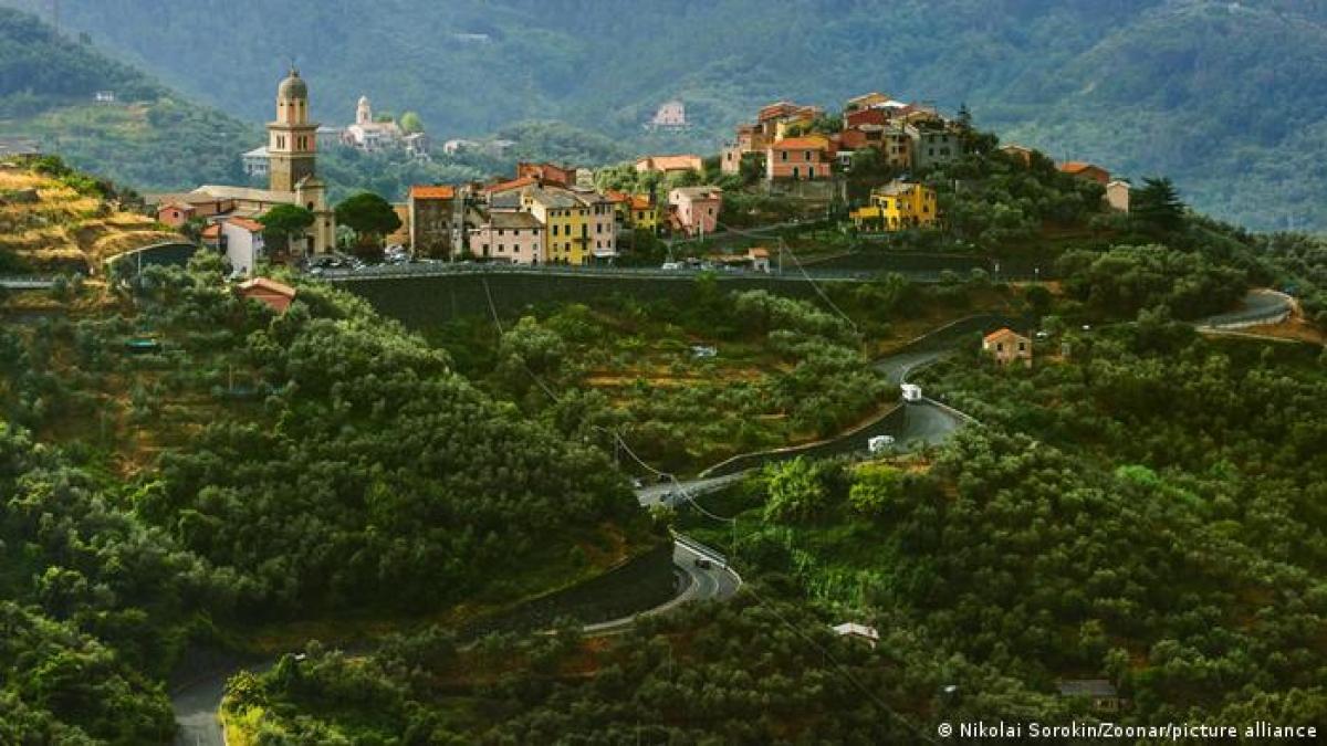 Vùng Cinque Terre nằm ở Liguria, tây bắc Italy. Cinque Terre nổi tiếng với các khu làng đẹp nên thơ, cùng các cung đường mòn lớn. Được UNESCO ghi danh là Di sản thế giới vào năm 1997, Cinque Terre là địa điểm lý tưởng để nghỉ dưỡng, khám phá thiên nhiên.