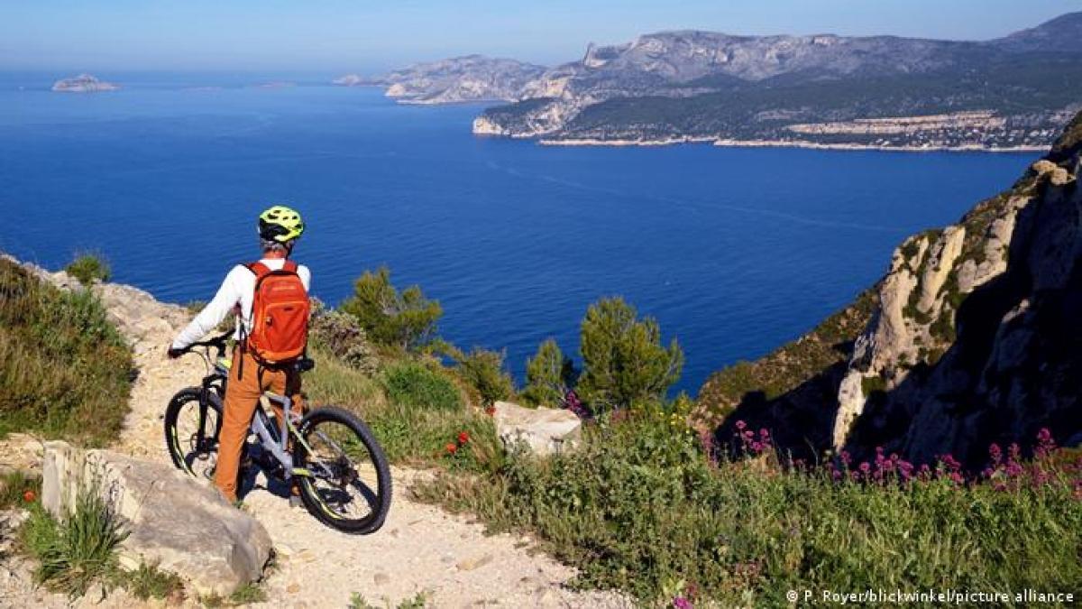 Vườn quốc gia Calanques (Pháp) kéo dài từ phạm vi thành phố Marseille đến tận phía nam thị trấn Cassis, bao gồm một vùng vịnh hẹp, với những khối đá hình thành tự nhiên. Nếu bạn là người yêu thiên nhiên và có đam mê leo núi, đạp xe, đây sẽ là địa điểm không thể bỏ qua.