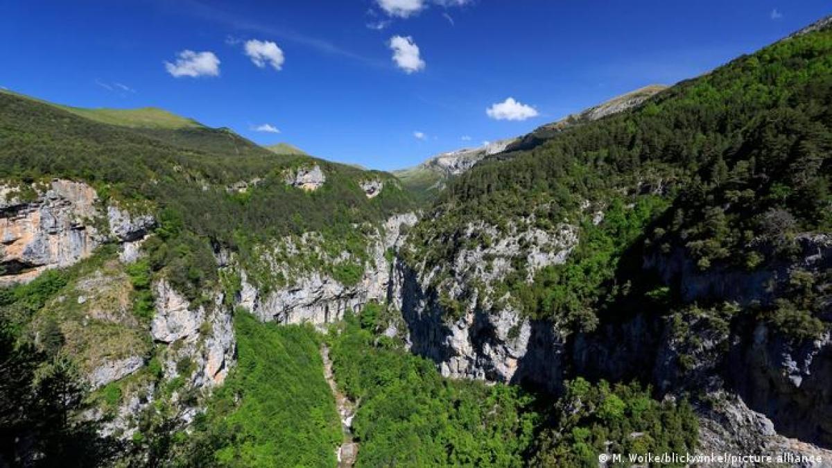 Nằm trên dãy núi Pyrenees, vườn quốc gia Ordesa y Monte Perdido (Tây Ban Nha) nổi tiếng với các thung lũng dốc thoải và những đỉnh núi đầy tuyết trắng. Đây là nơi rất thích hợp cho hoạt động đi bộ, khám phá thiên nhiên hoang dã hoặc ngắm cảnh./.