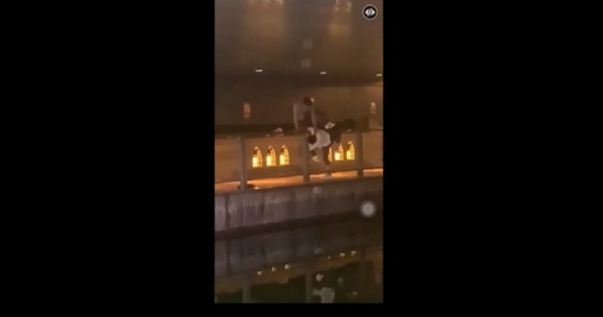Hung thủ cố gắng đẩy nạn nhân xuống sông. Ảnh chụp màn hình