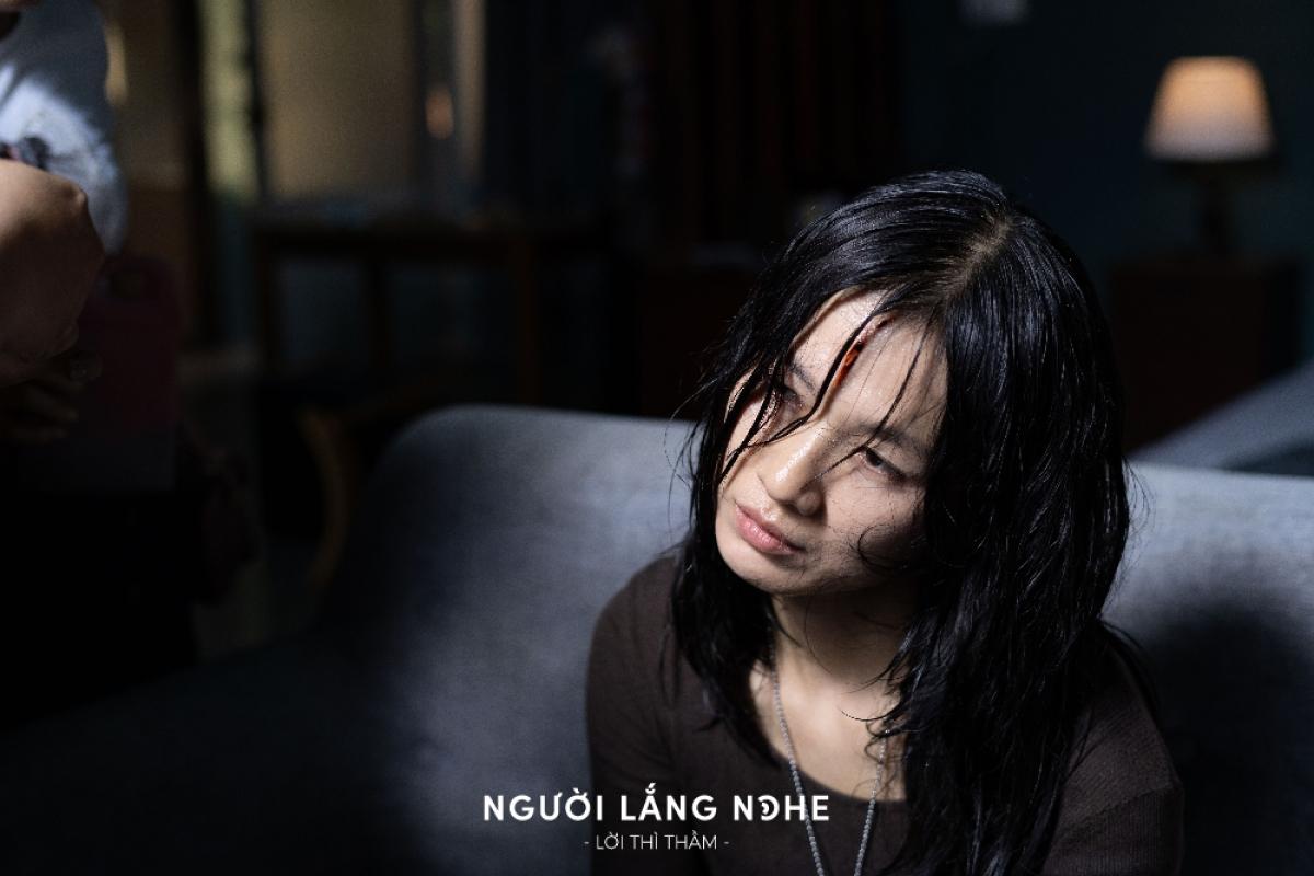 """Diễn viên Oanh Kiều nhận giải thưởng """"Nữ diễn viên xuất sắc""""."""