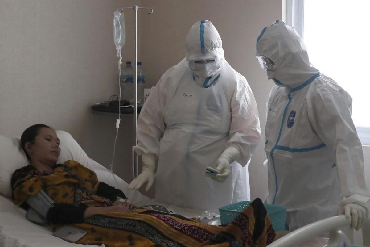 Bác sĩ Irman Pahlepi (phải) điều trị cho một bệnh nhân Covid-19 tại bệnh viện Suyoto ở Jakarta, Indonesia. Ảnh: AP