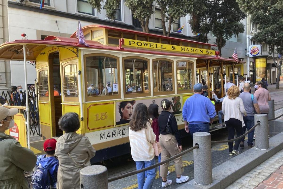 Du khách xếp hàng lên xe cáp tại San Francisco hôm 2/8. Nguồn: AP