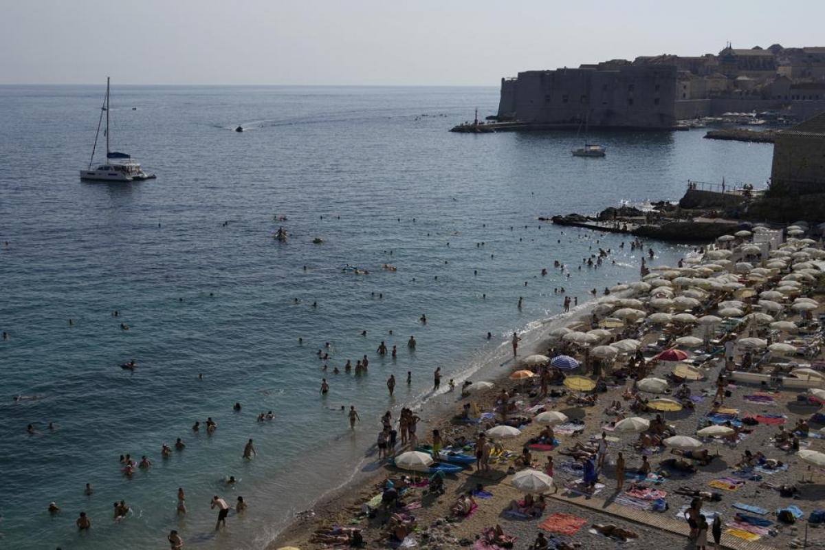 Bãi biển ở Dubrovnik đông đúc trở lại trong mùa hè. Nguồn: AP