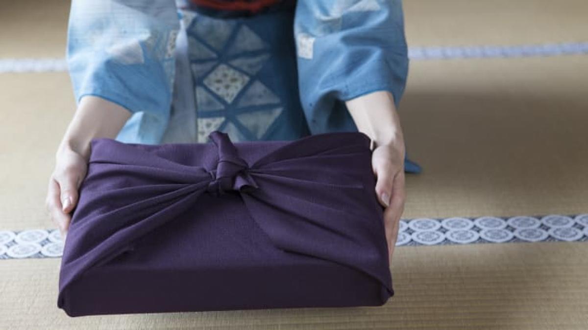 Gói quà theo phong cách Furoshiki của Nhật Bản. Nguồn: Getty Images