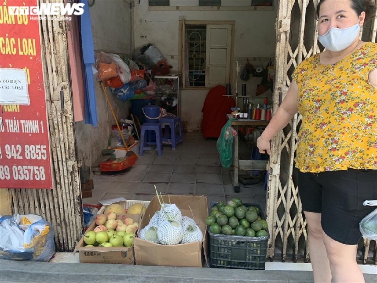 Bên trong con ngõ Thái Thịnh, phố Thái Thịnh (phường Thịnh Quang, quận Đống Đa) một số cửa hàng hoa quả cũng được mở ra tại ngay cửa hàng quần áo thời trang trước kia.