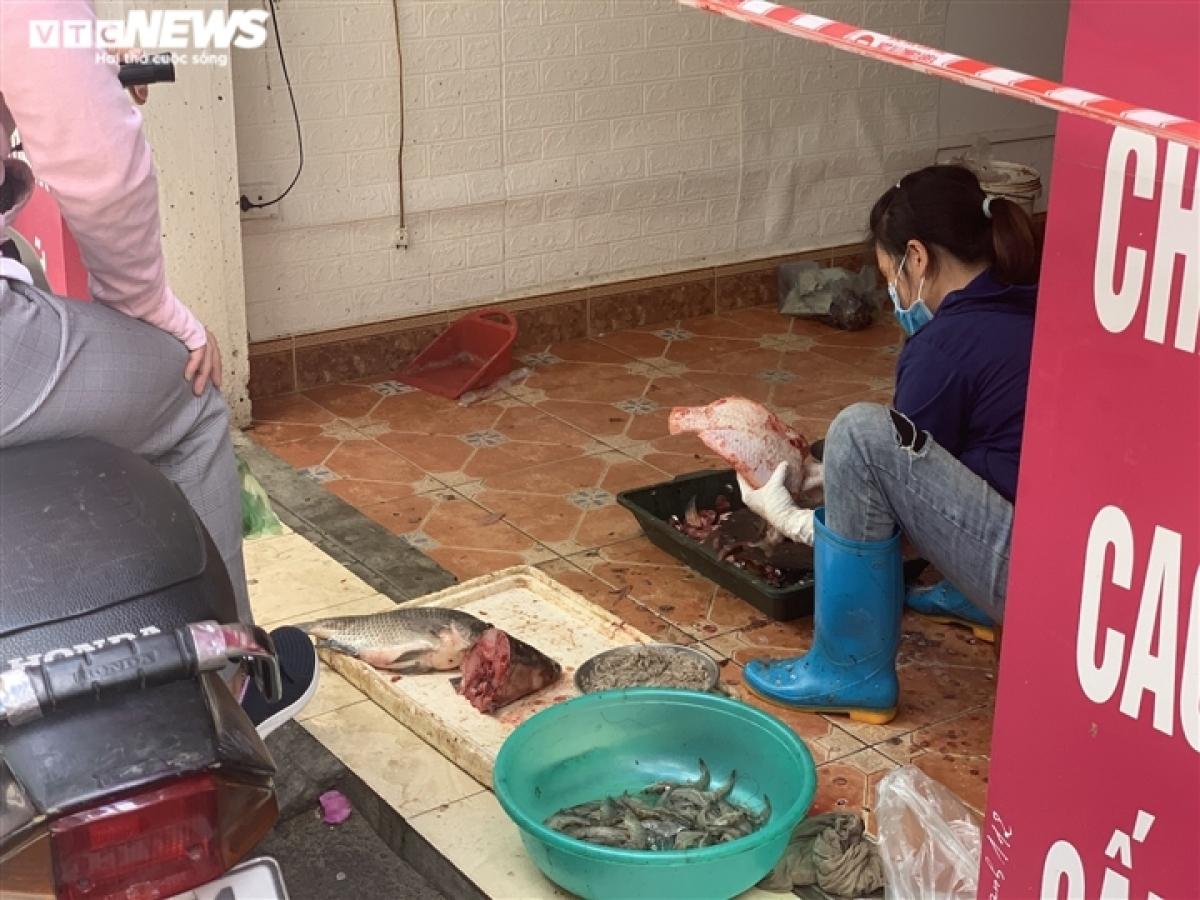 Không chỉ rau, củ, hoa quả mà các loại cá, tôm cũng được bán ngay trong nhà và được khách hàng rất ưa thích./.