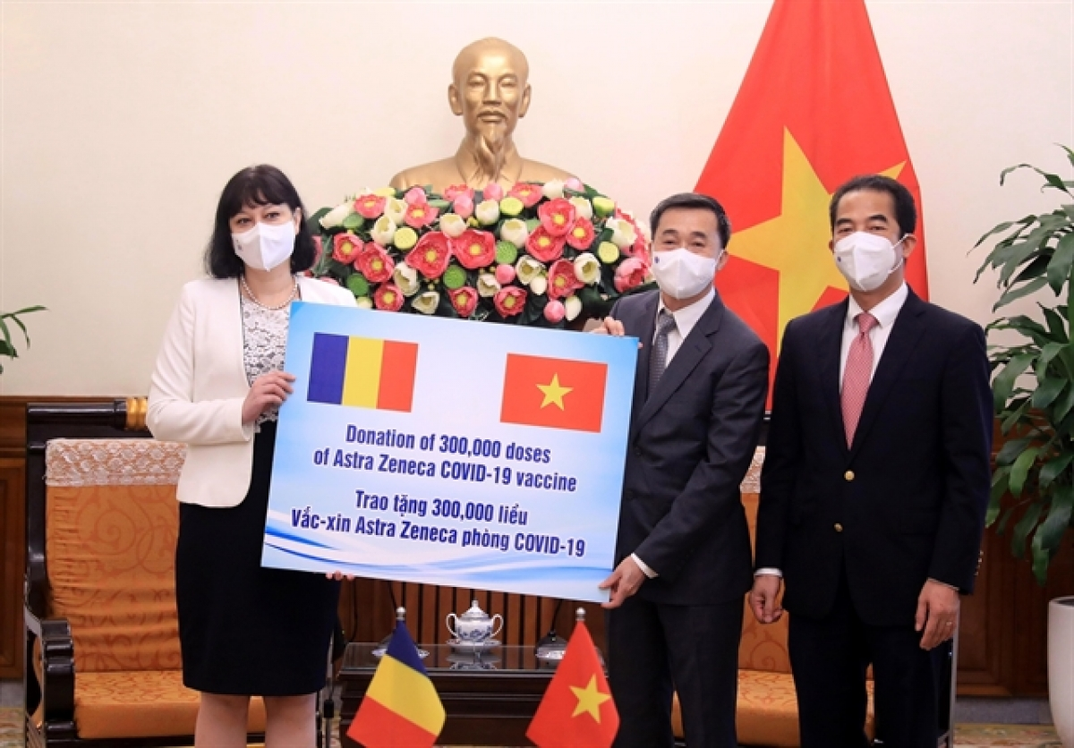 Deputy Foreign Minister To Anh Dung andDeputy Minister of Health Tran Van Thuan receive the vaccine batch from Romanian representative at the handover ceremony (Photo: VNA)