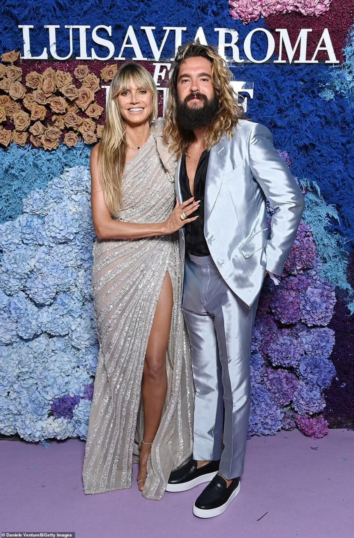 Ngày 31/7, cựu siêu mẫu nội yHeidi Klum trở thành tâm điểm chú ý khi sánh đôi chồng trẻ Tom Kaulitz dự bữa tiệc gây quỹ từ thiện ủng hộ Quỹ Nhi đồng Liên Hợp Quốc Unicef diễn ra tại Capri, Italy.