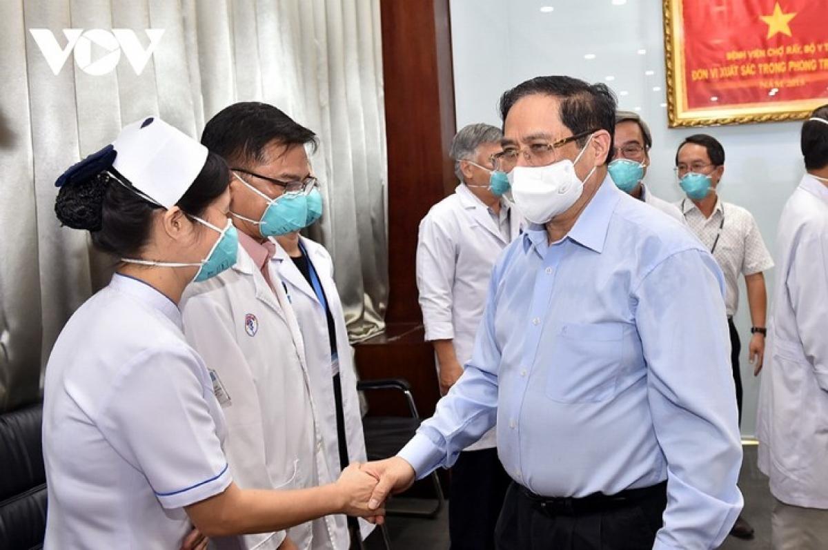 Thủ tướng Phạm Minh Chính tới thăm, động viên các lực lượng phòng chống dịch, đội ngũ cán bộ, y tá, bác sĩ tại Bệnh viện Đại học Y Dược TP. Hồ Chí Minh.