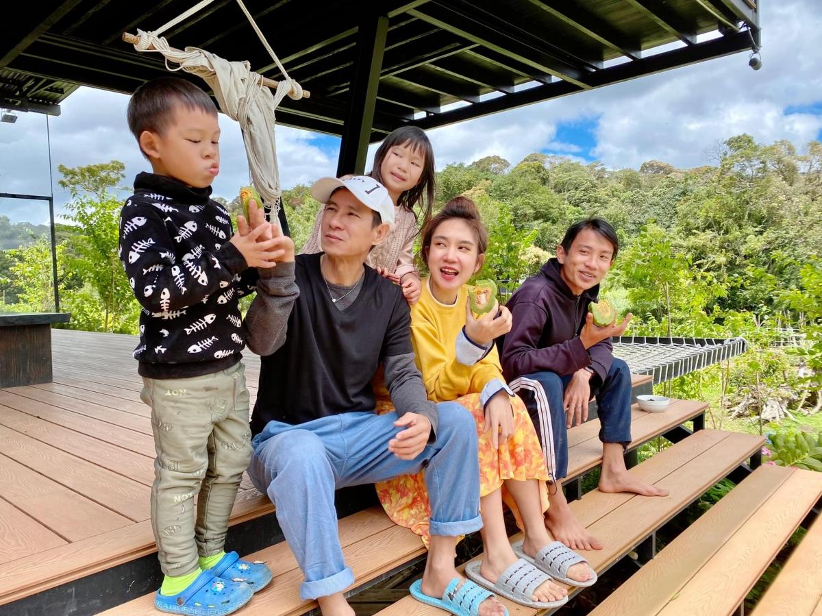 Từ trước khi TP.HCM có lệnh giãn cách theo Chỉ thị 16 của Chính phủ, vợ chồng Lý Hải - Minh Hà đã đưa các con tới nhà riêng tại Đà Lạt sống một thời gian.