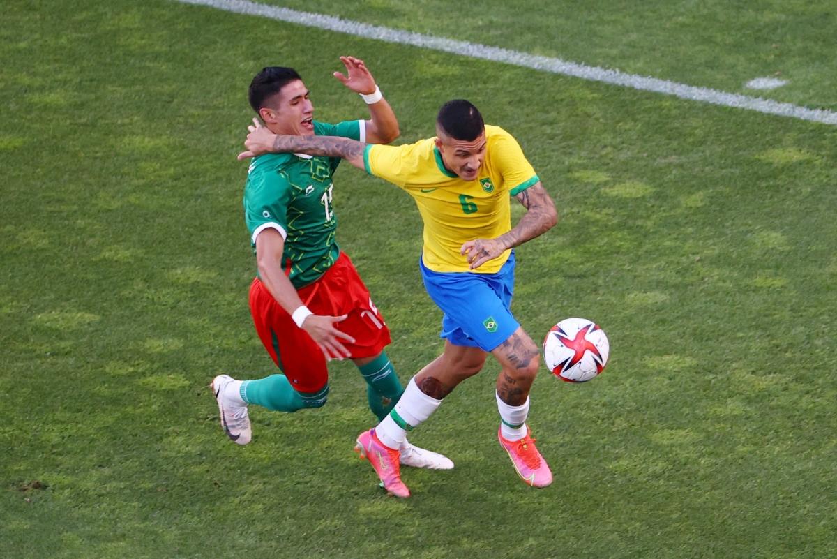 Brazil và Mexico đẩy cao nhịp độ trận đấu ngay sau tiếng còi khai cuộc. (Ảnh: Reuters).