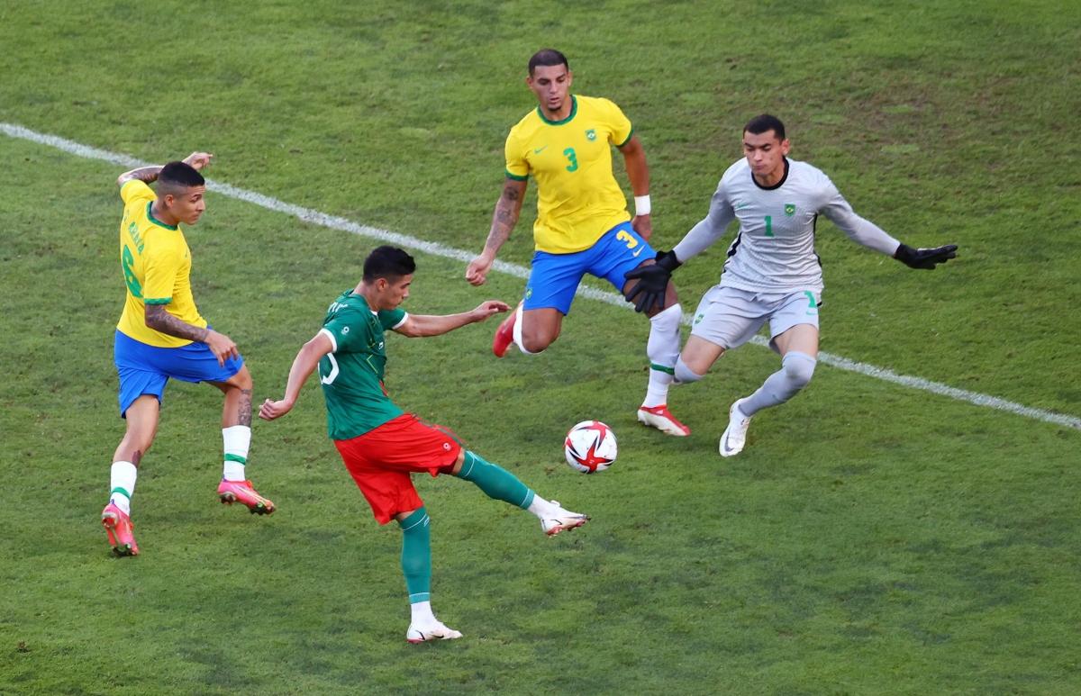 Brazil đang bế tắc trước hàng thủ số đông của Mexico. (Ảnh: Reuters).