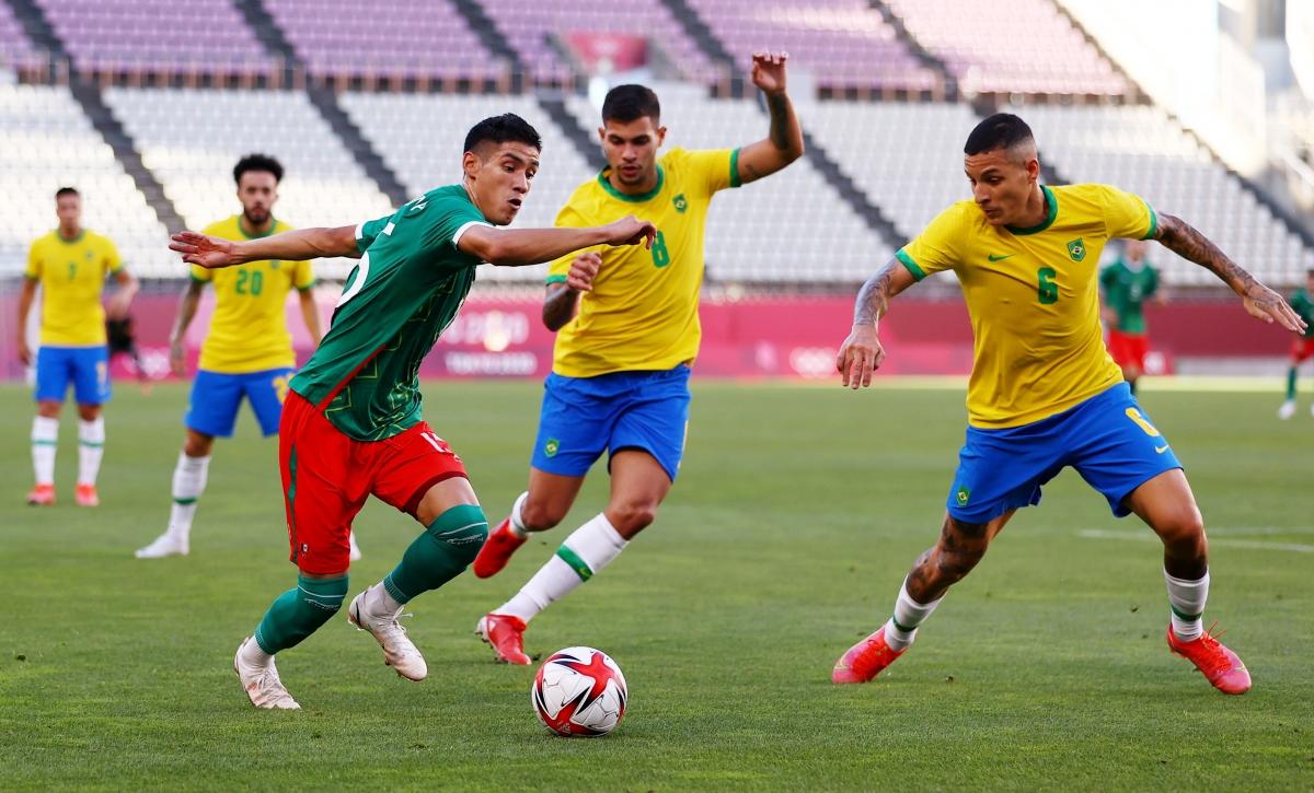 Mexico đang chơi kiên cường trước sức ép liên tục từ Brazil. (Ảnh: Reuters).