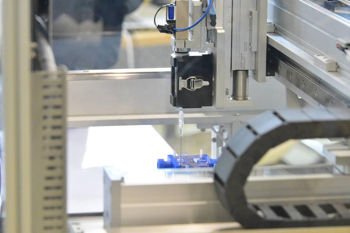Robot rút vaccine từ lọ có thể tăng 20% số lượng mũi tiêm tiêu chuẩn. (Ảnh do nhóm nghiên cứu cung cấp)