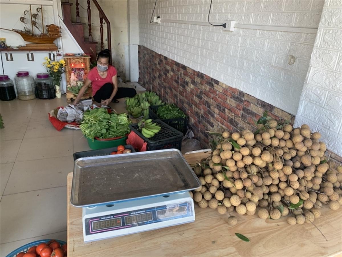 Cô Oanh cho biết, cô đã bán rau củ quả trong nhà của mình được gần 1 tháng nay.