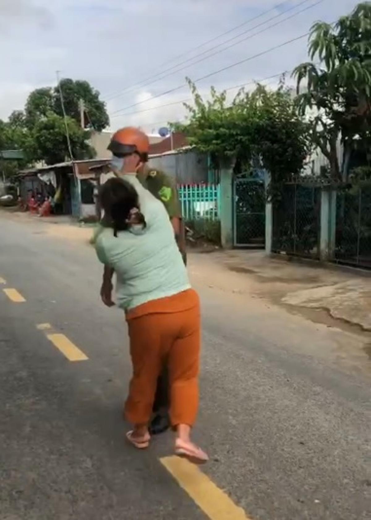 Trần Thị Tuyền đánh vào mặt lực lượng chức năng.