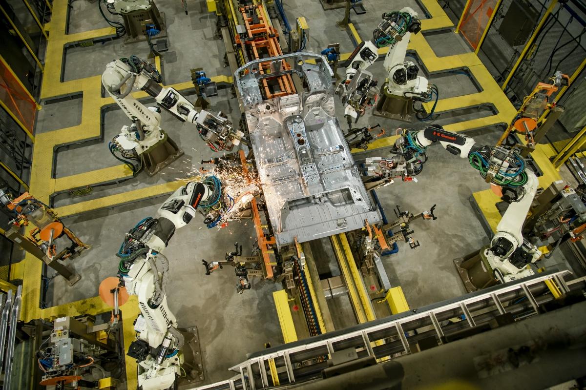 Cần 101 robot làm việc trong 3 giờ để tạo nên một khung xe Ford Ranger.