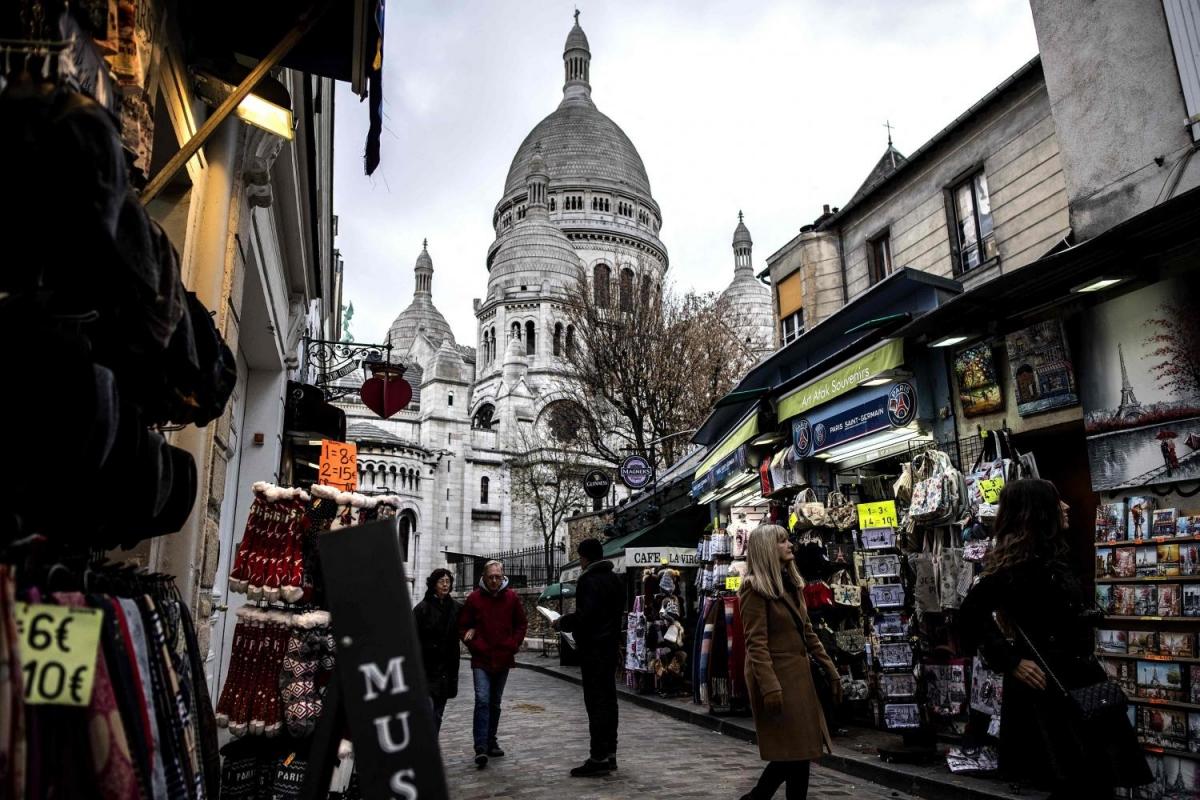 Du khách tham quan tại khu vực đồi Montmartre, Paris. Nguồn: AFP