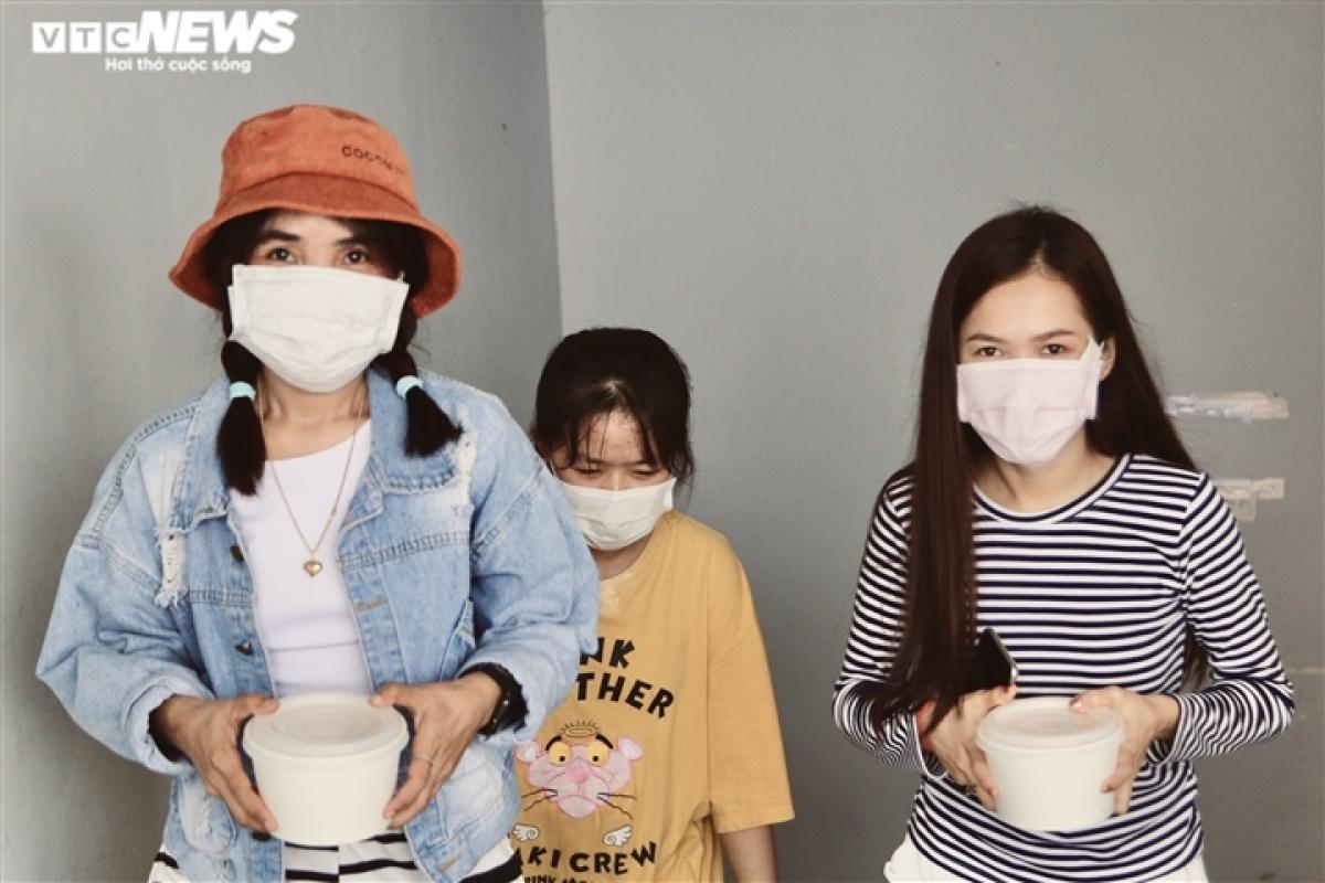 Như các bạn cùng quê, Tokoung To Noynoy, sinh viên Lào đang học ngành Quản trị kinh doanh tại Kiên Giang (bìa phải) đã 2 năm chưa được về nhà do dịch COVID-19.