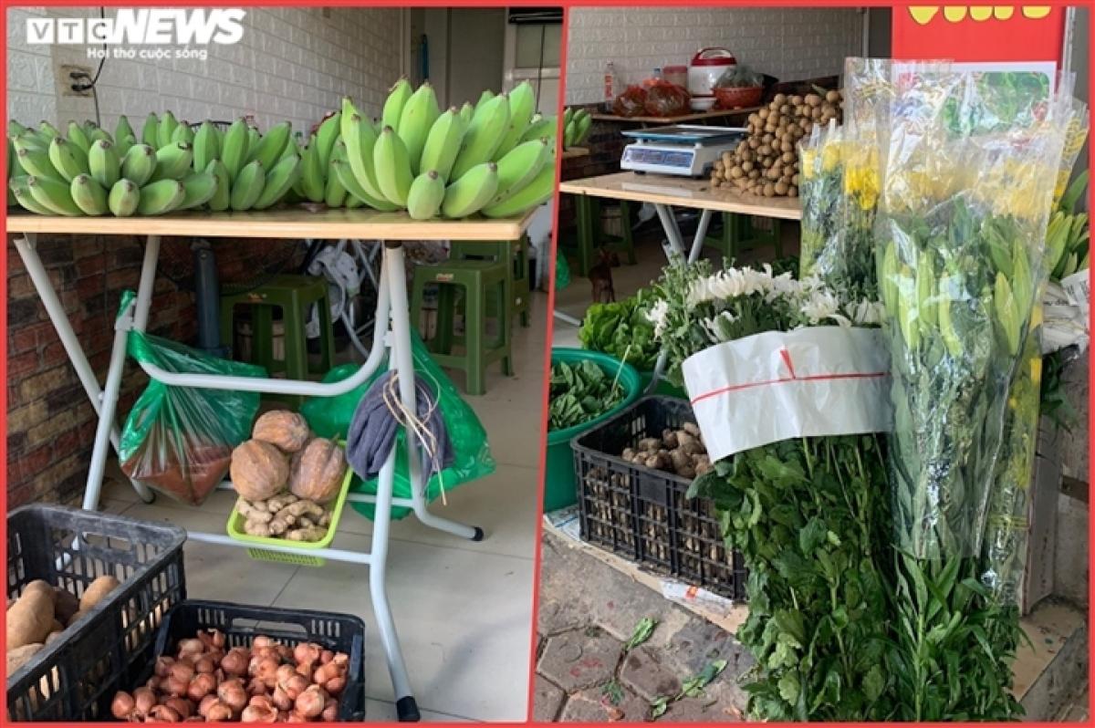 Hiện tại, gần đến rằm tháng 7 nên cô Oanh nhập thêm hoa tươi và chuối xanh về bán.