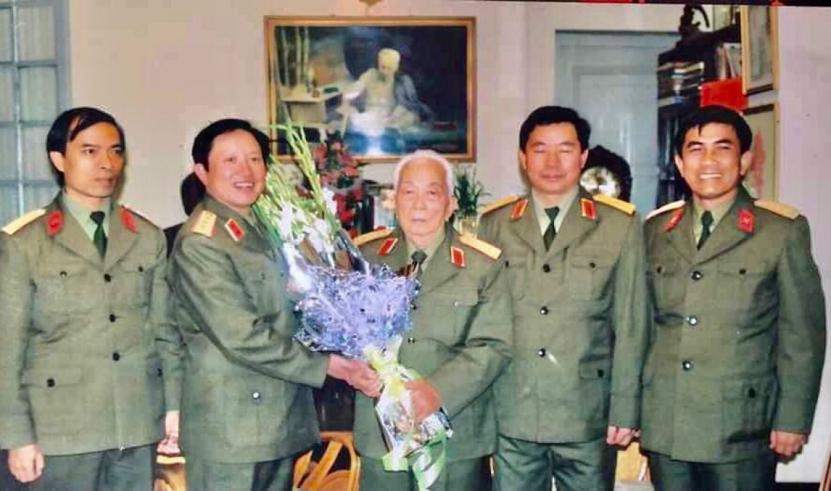 Thượng tướng Nguyễn Huy Hiệu tặng hoa Đại tướng Võ Nguyên Giáp