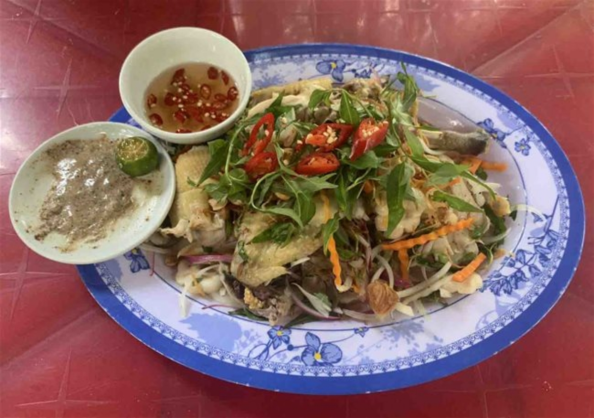 Binh Duong Province's chicken salad with mangosteen