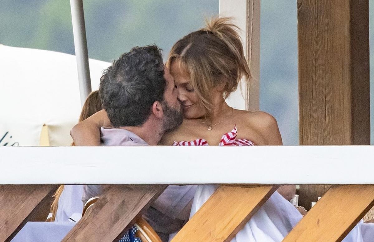 Trong cuộc phỏng vấn vào đầu tháng 7 tạichương trìnhThe Zane Lowe Show, Jennifer Lopez tâm sự rằng cô đang có một cuộc sống siêu hạnh phúc.