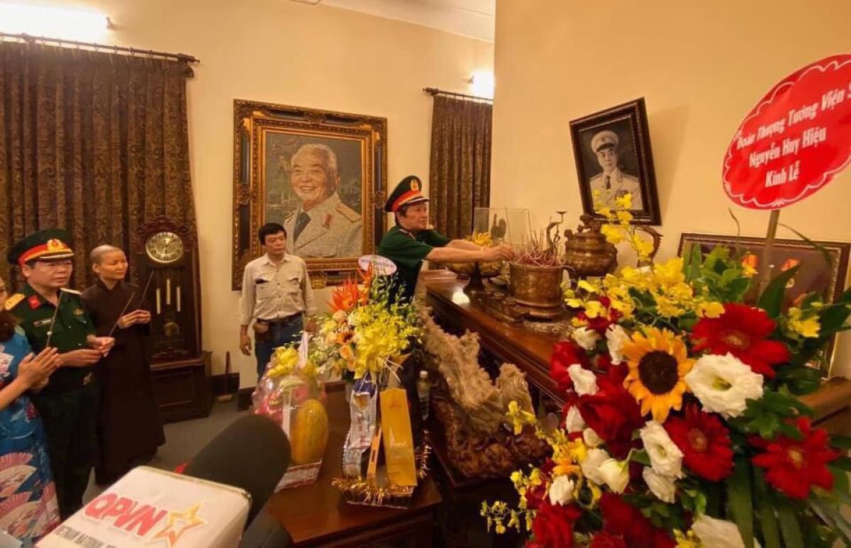 Thượng tướng Nguyễn Huy Hiệu dâng hương trong ngày giỗ Đại tướng Võ Nguyên Giáp năm 2019
