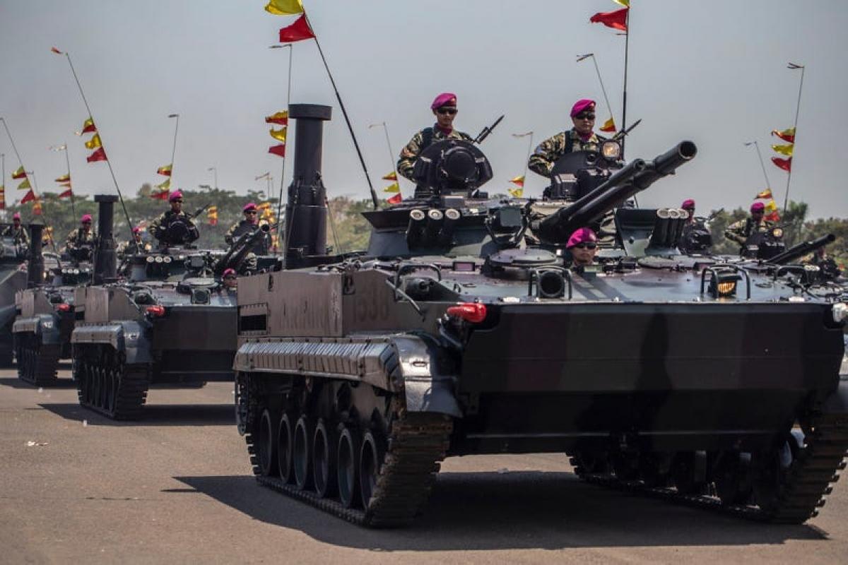 Các binh sỹ của quân đội Indonesia diễn tập trên xe tăngLeopard. Ảnh: Getty.