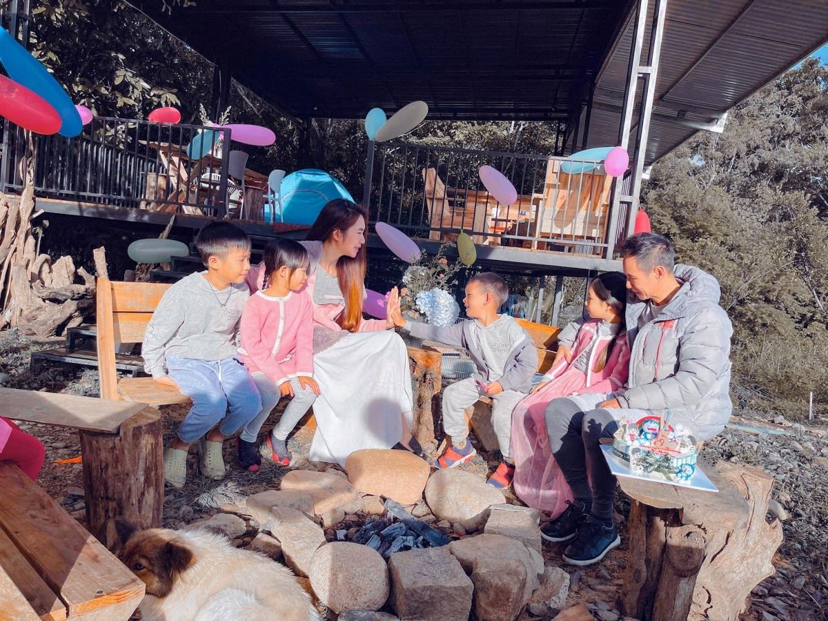 Cũng trong thời gian này, gia đình Lý Hải - Minh Hà quây quần tổ chức sinh nhật 5 tuổi cho cậu út Mio.