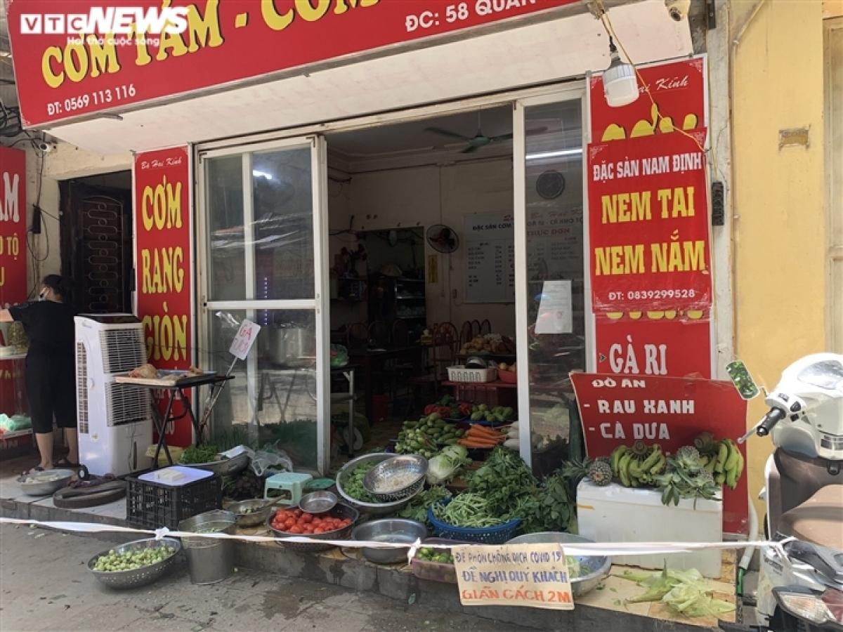 Trên phố Quan Nhân (quận Thanh Xuân), một cửa hàng cơm cũng chuyển sang bán rau củ quả và thịt gà từ khi Hà Nội giãn cách xã hội. Quán mở cửa từ 5h30 sáng cho đến 22h.