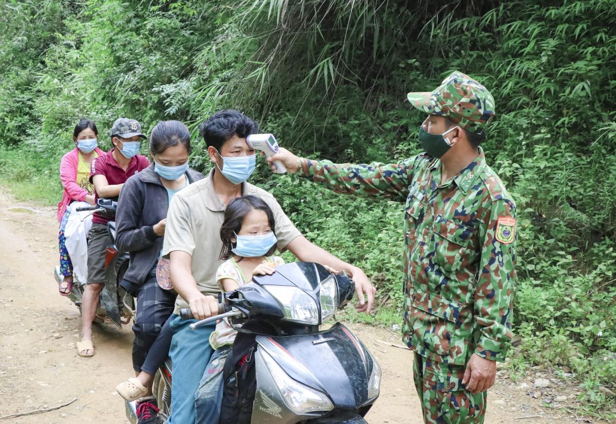 Người dân thuộc hai bản NaLáy, Púng Bửa (xã Na Ư, huyện Điện Biên) lưu thông qua Chốt 2 (Đồn biên phòng Cửa khẩu quốc tế Tây Trang) sau khi hoàn tất công tác khai báo y tế, đo thân nhiệt.