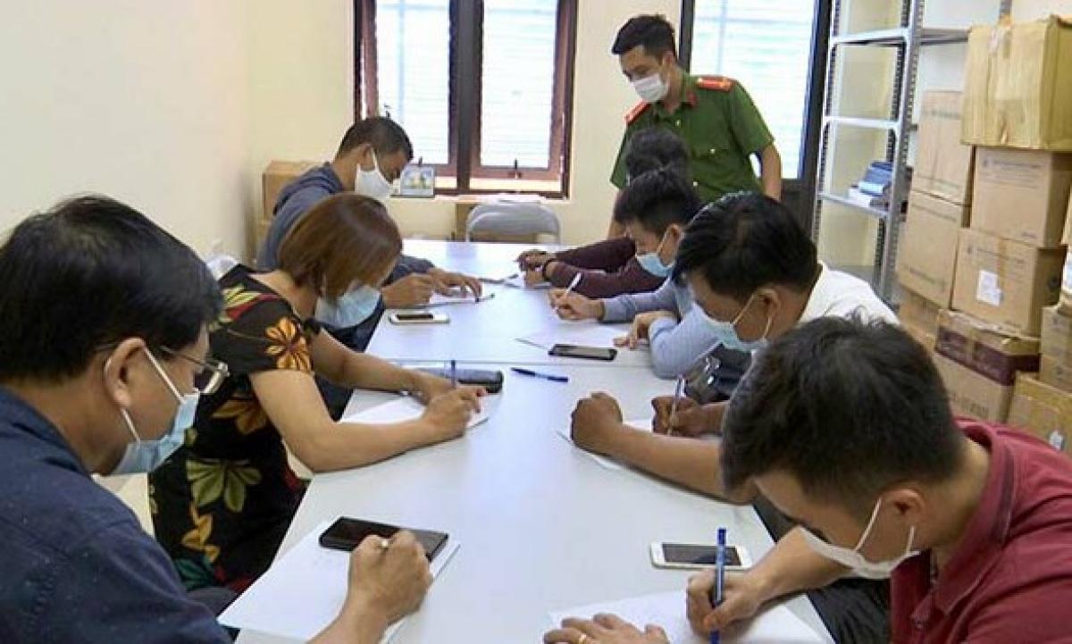 7 khách hàng thực hiện khai báo y tế tại cơ quan Công an (Ảnh: V.T)