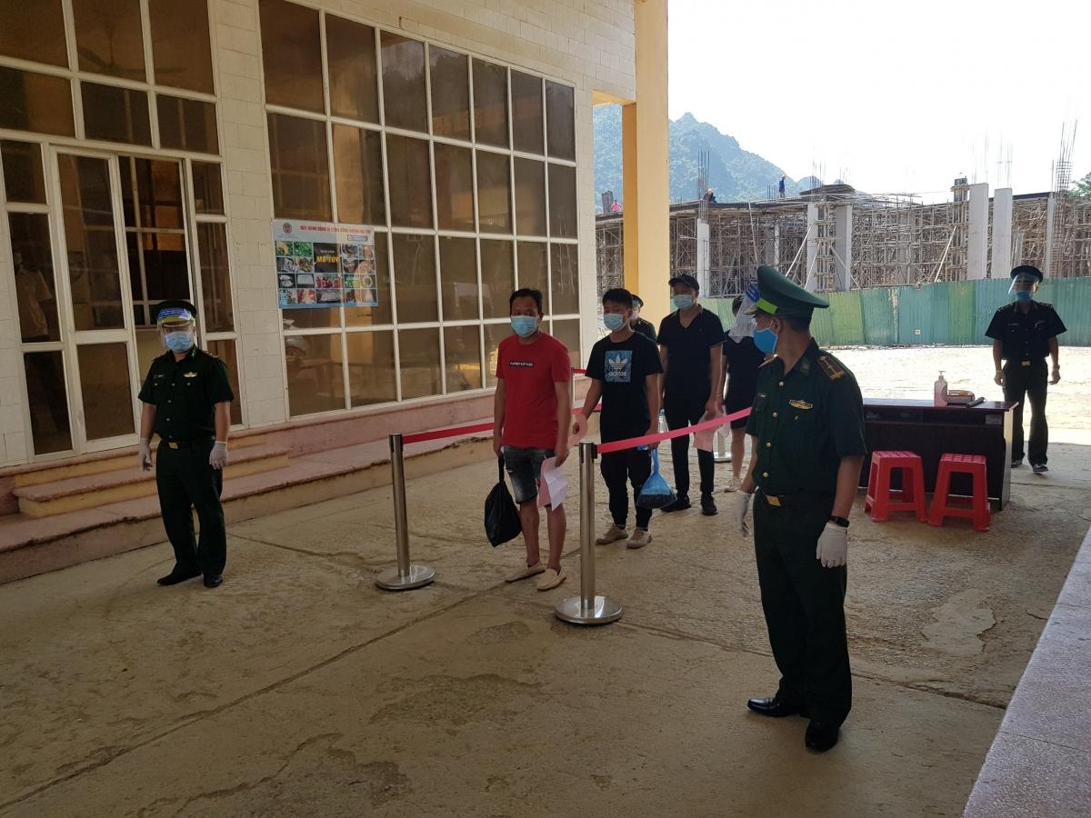 Các đối tượng người Trung Quốc nhập cảnh trái phép vào Việt Nam được trao trả cho cơ quan chức năng nước bạn. (Ảnh: CTV)