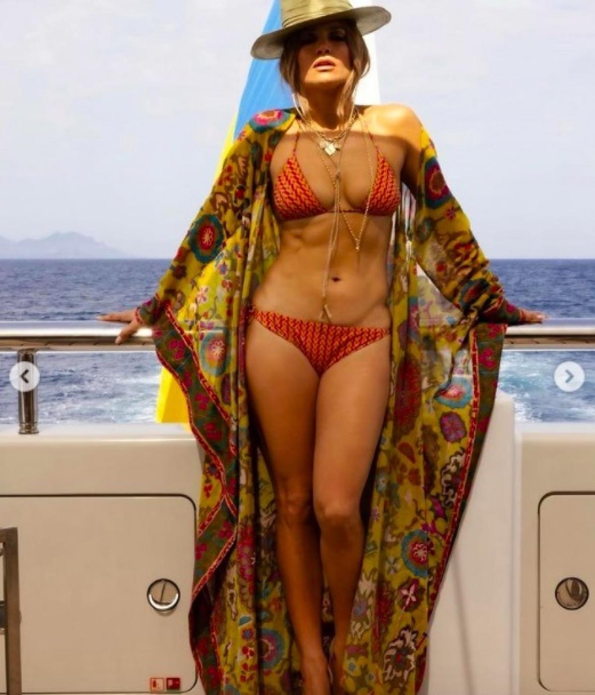 Jennifer Lopez và Ben Affleckđã thuê du thuyền với giá 1,1 triệu USD một tuần, chu du từ Pháp tới Italy và Monte Carlo. Du thuyền dài 85 m, có bể bơi, bể sục, phòng tập gym, phòng massage.