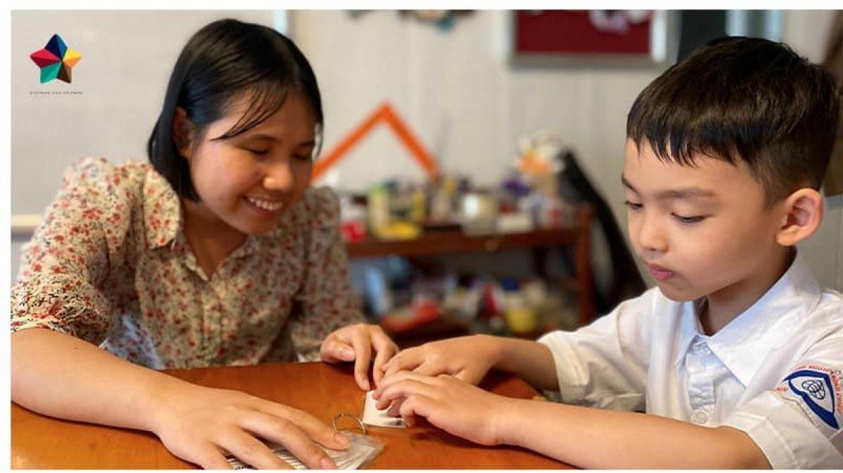 Khương Thị Bích Hằng cùng học sinh khiếm thị học Tiếng Anh bằng chữ nổi.