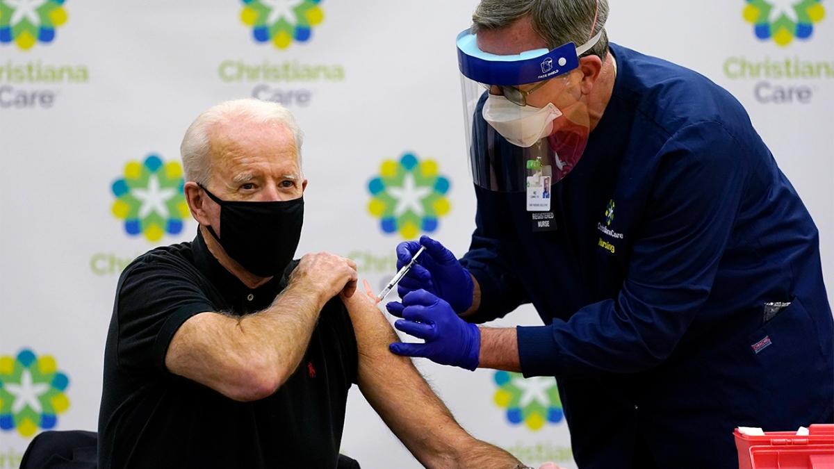 Tổng thống Mỹ Joe Biden tiêm vaccine COVID-19. (Ảnh: AP)
